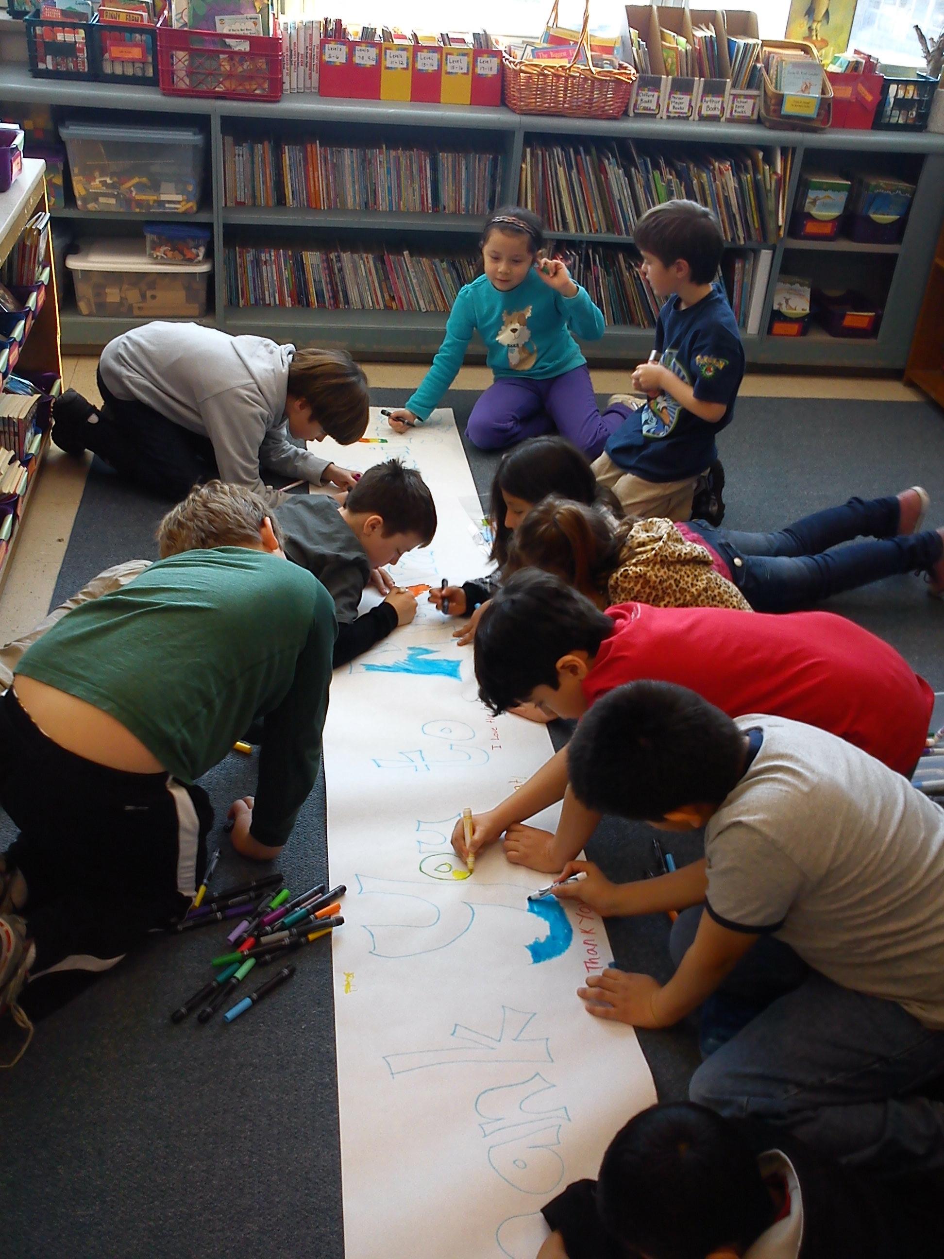 Rasmus målar med klassen under sin första skoldag