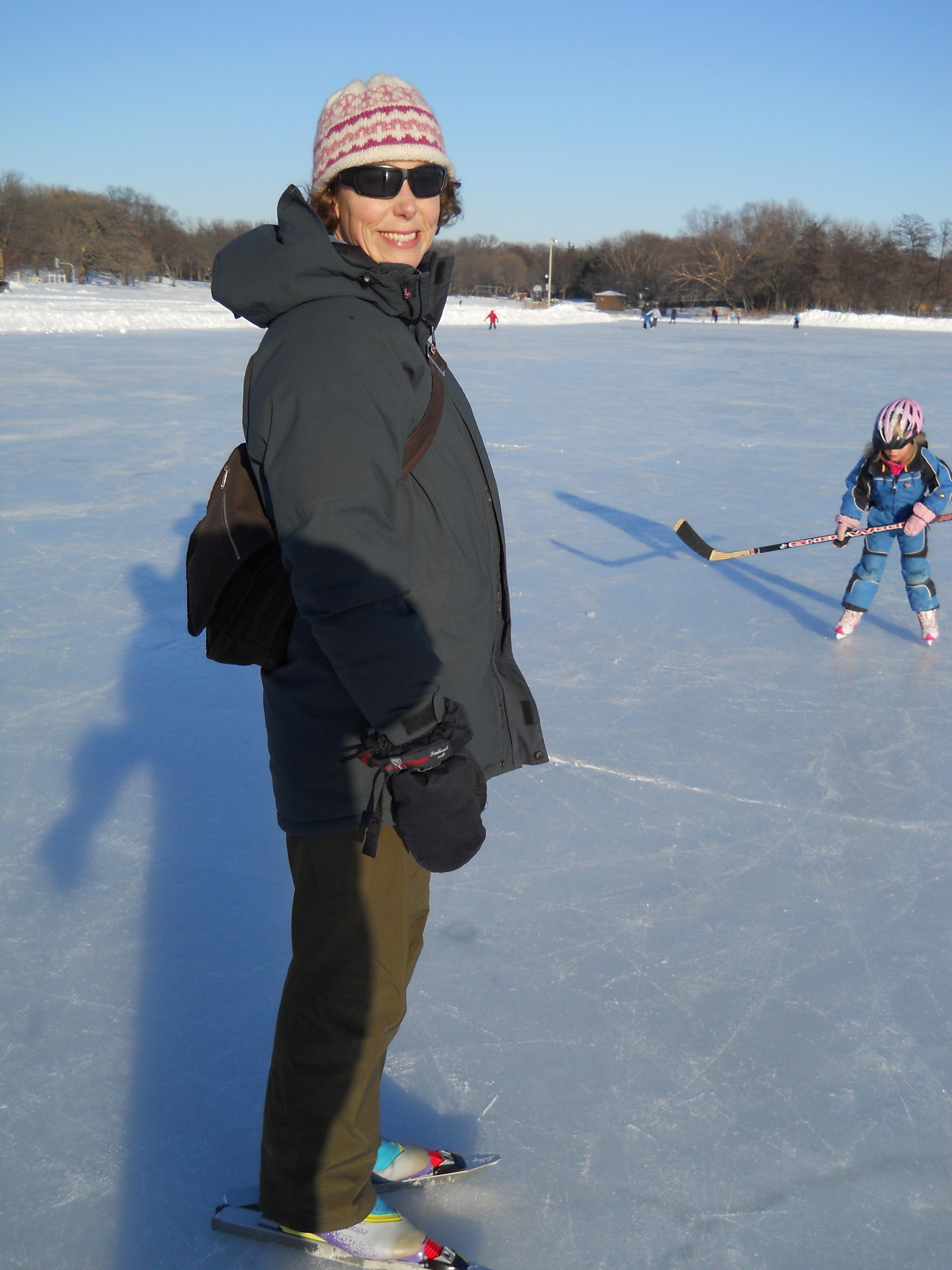 Tinna på långfärdsgrillor och Elsa med hockeyklubba